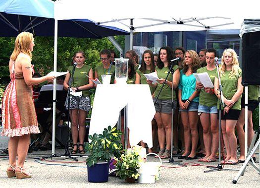 Schüler der Realschule beim Grillfest (Juli 12)