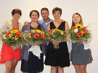 Praxisbetreuer Florian Karl umgeben von den stolzen Holnsteiner Abschlussschülerinnen