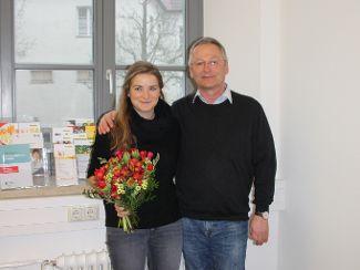 Frau Mosandl Ramona bekam vom stellvertretenden Leiter Herrn Ott einen Blumenstrauß überreicht